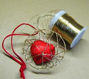 rdeče čokoladno srce v košarici iz zlate žice