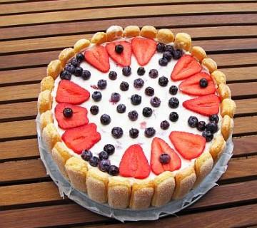 smetanova torta z jagodami in borovnicami