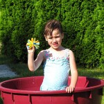 deklica z bombico v bazenčku