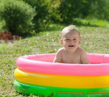 malček v otroškem bazenčku