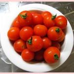 češnjev paradižnik v skodelici