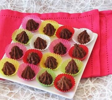 kostanjeve čokoladice v papirčkih za praline na krožniku