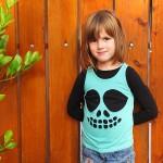 deklica v majici z izrezanimi očmi, nosom in usti