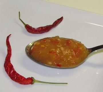 čili omaka z breskvami na žlici