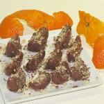 krhlji klementin v čokoladi, posuti z lešniki