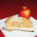 jabolčna pita na krožniku