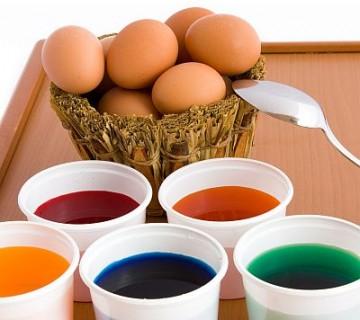 barve za pirhe v lončkih  in neobarvana jajca