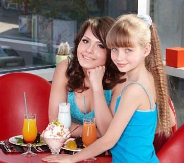 mama in hči v slaščičarni