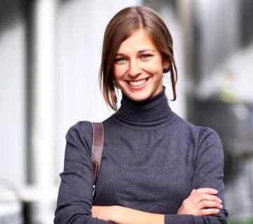 samozavestna nasmejana ženska na ulici