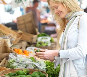 ženska kupuje avokado na tržnici