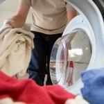 nalaganje perila v stroj